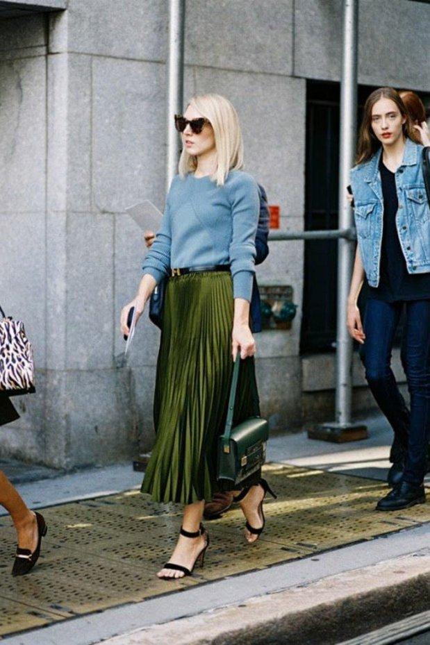 0-jupe-longue-plissee-vert-pour-les-femmes-blonds-tendances-de-la-mode-talons-hauts