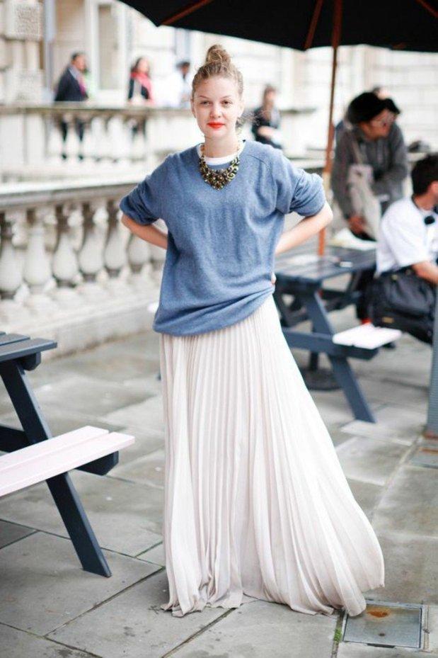jolie-fille-avec-jupe-longue-blanche-plissee-blouse-bleu-ciel-femme-moderne